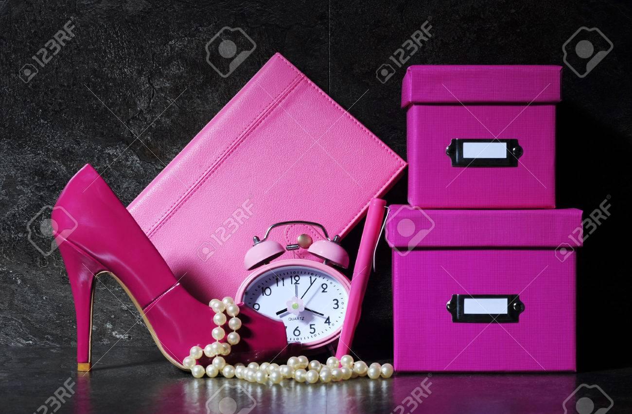 Mesdames jolie rose Bureau de femme avec la chaussure talon haut horloge stylo Boses de d p t de la Banque d images