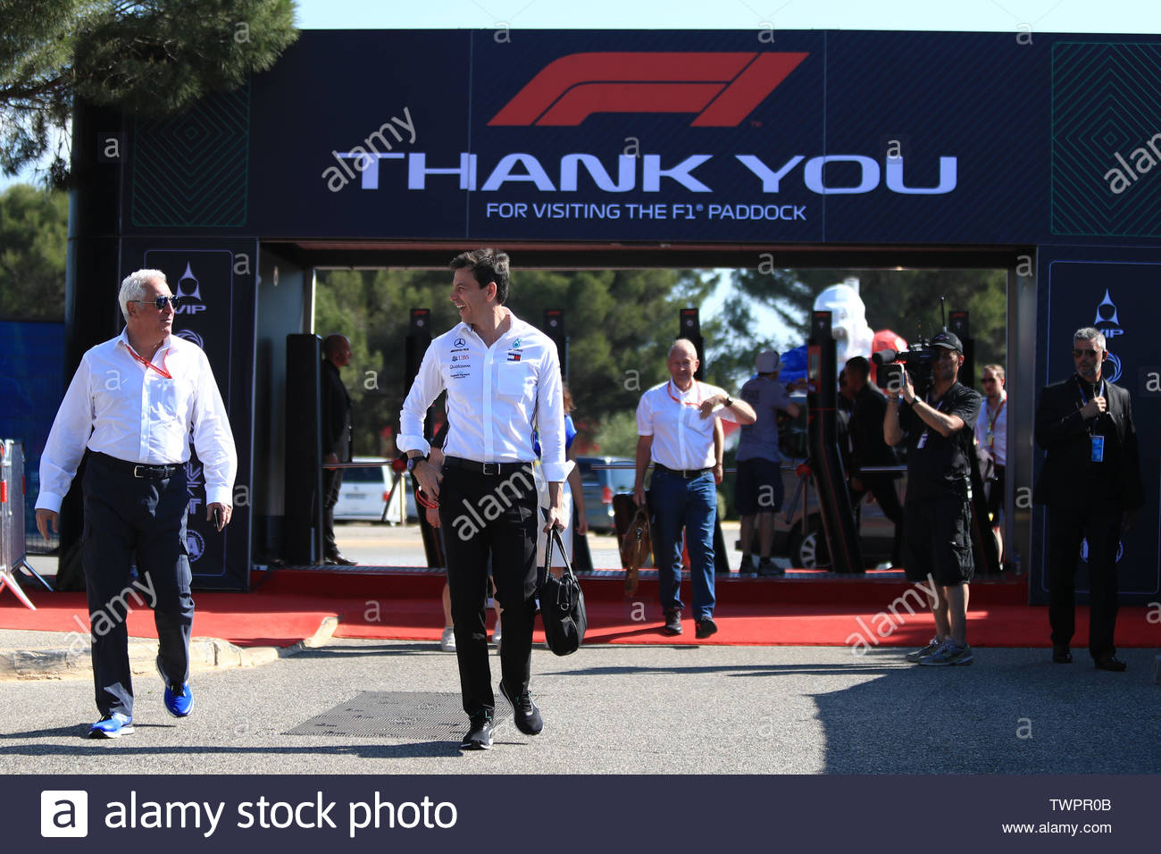 france june 22nd 2019 circuit automobile paul ricard le castellet marseille france fia formula 1 grand prix of france qualifying toto wolff and lawrence stroll arrive to her for qualifying credit action plus sports imagesalamy live news TWPR0B