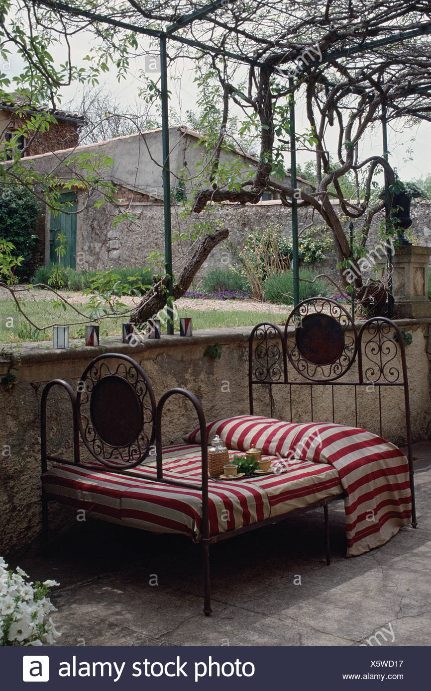 terrasse sur lit de fer sur plaque de tole a rayures jardin glycine x5wd17