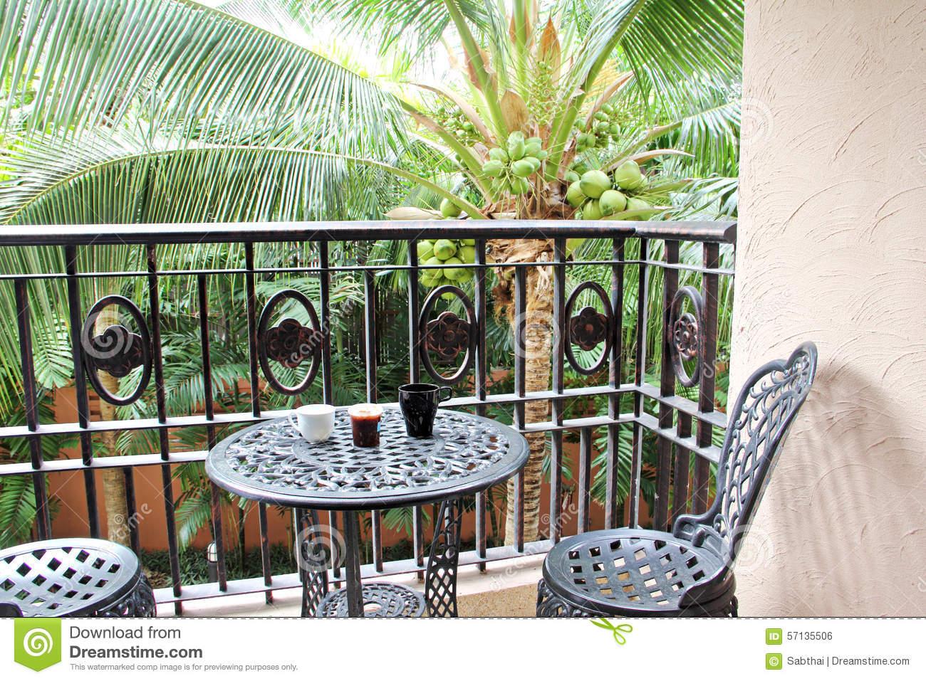chaise noire de fer à la terrasse