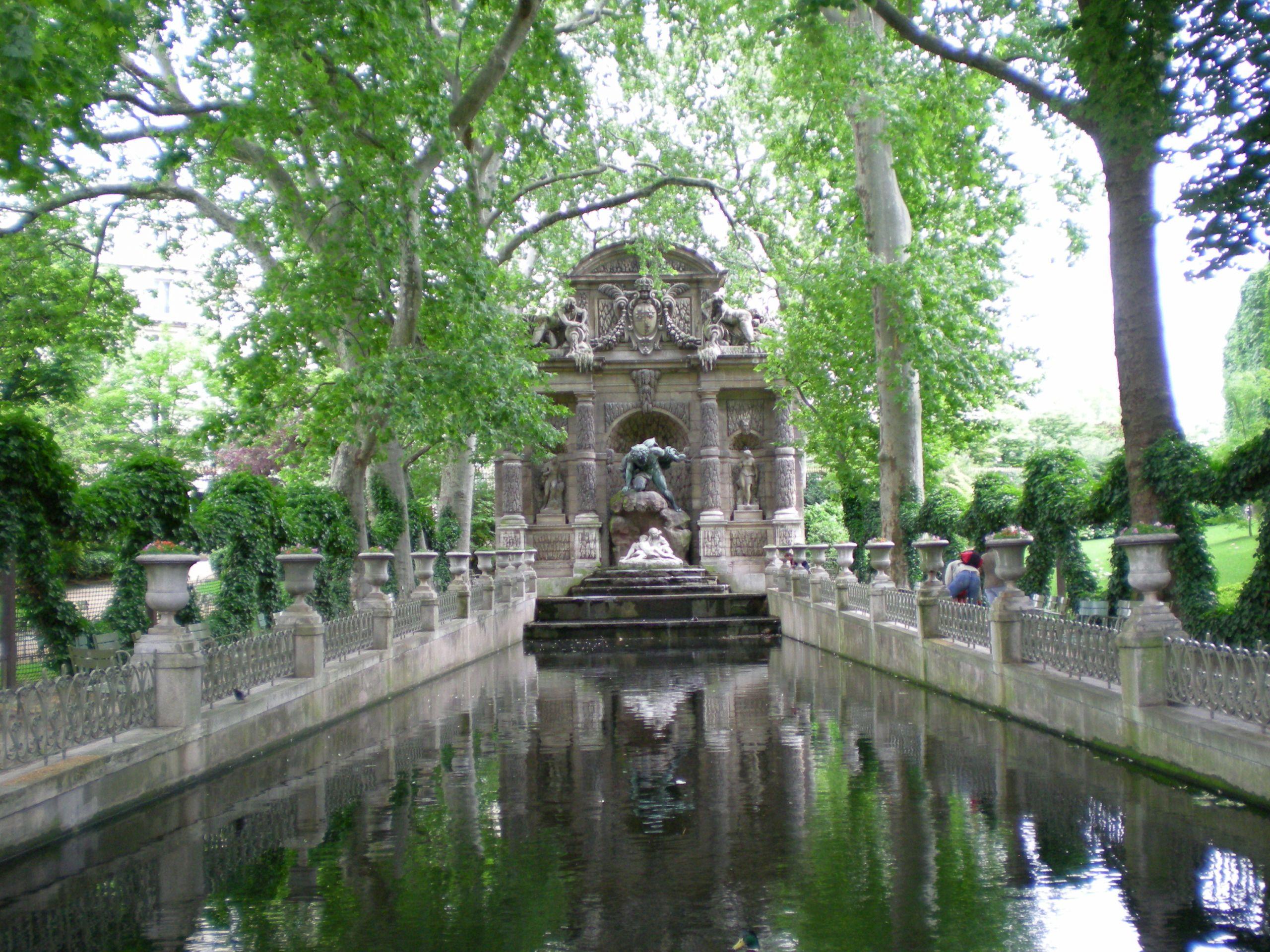 Monument a coté du palais