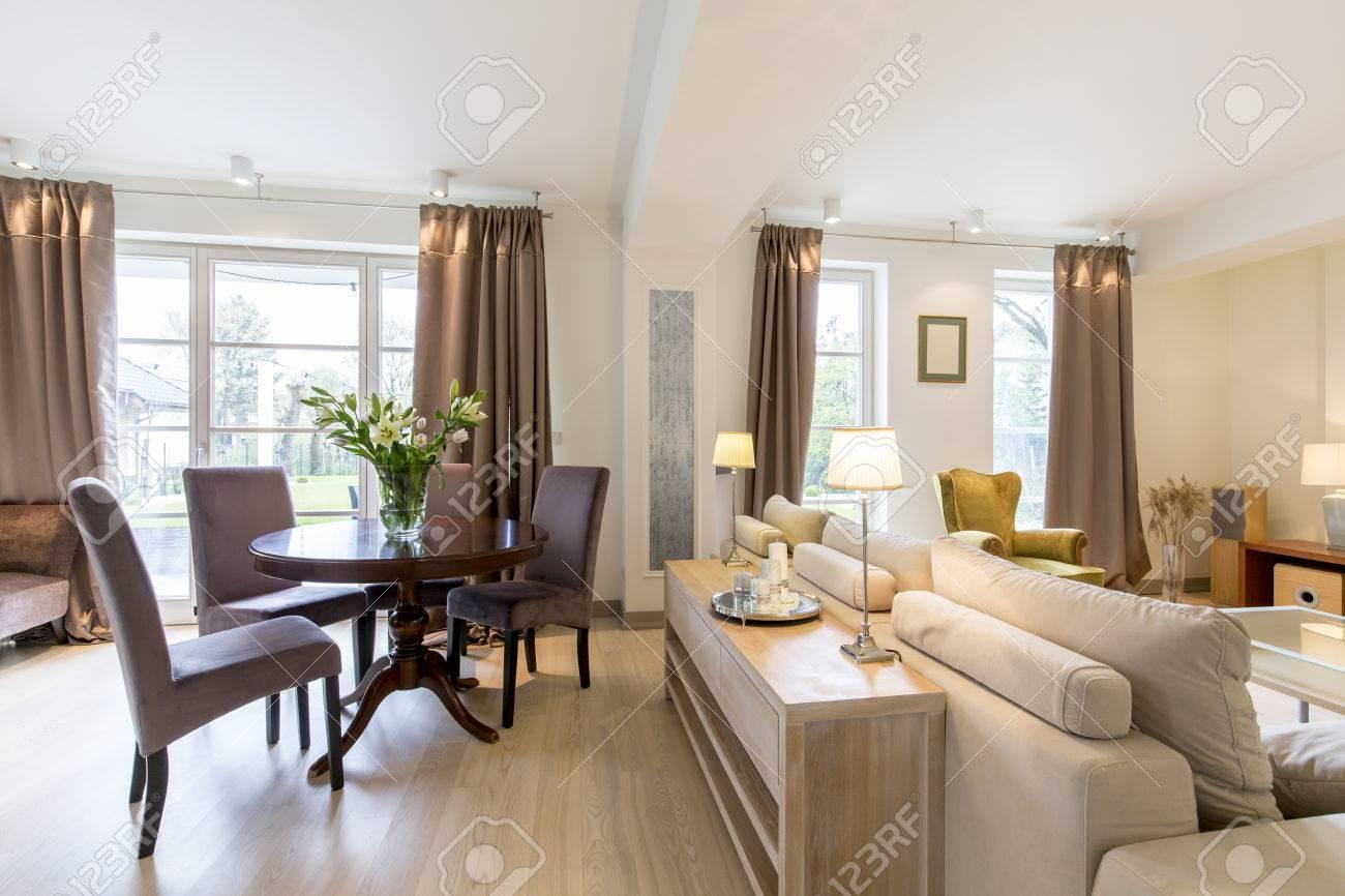 salon élégant avec un grand canapé et une ronde une table basse classique dans un intérieur spacieux de la