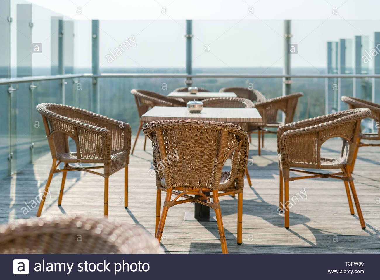 cafe vide avec des fauteuils en osier et en rotin tables sur jardin d ete terrasse exterieur l espace libre table et chaises de cafe vide meubles en rotin t3fw89
