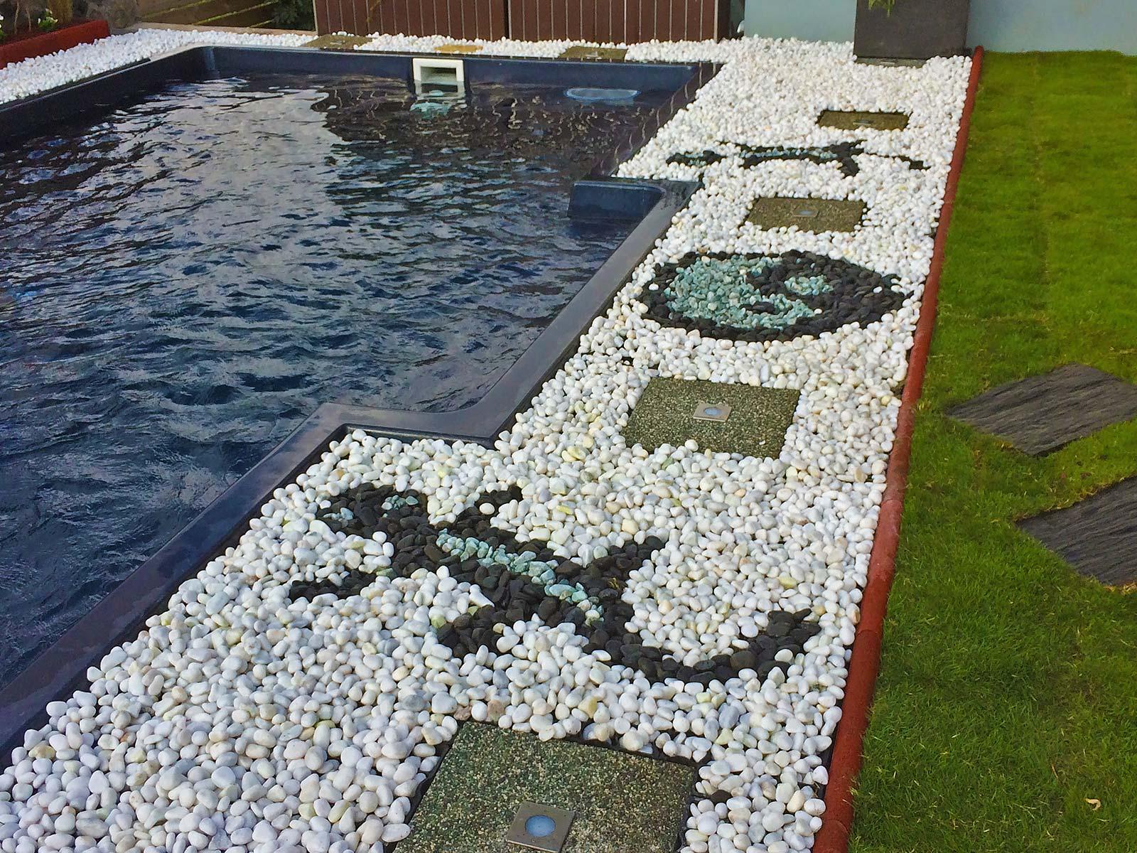 realisation jardin avec galets gazon piscine