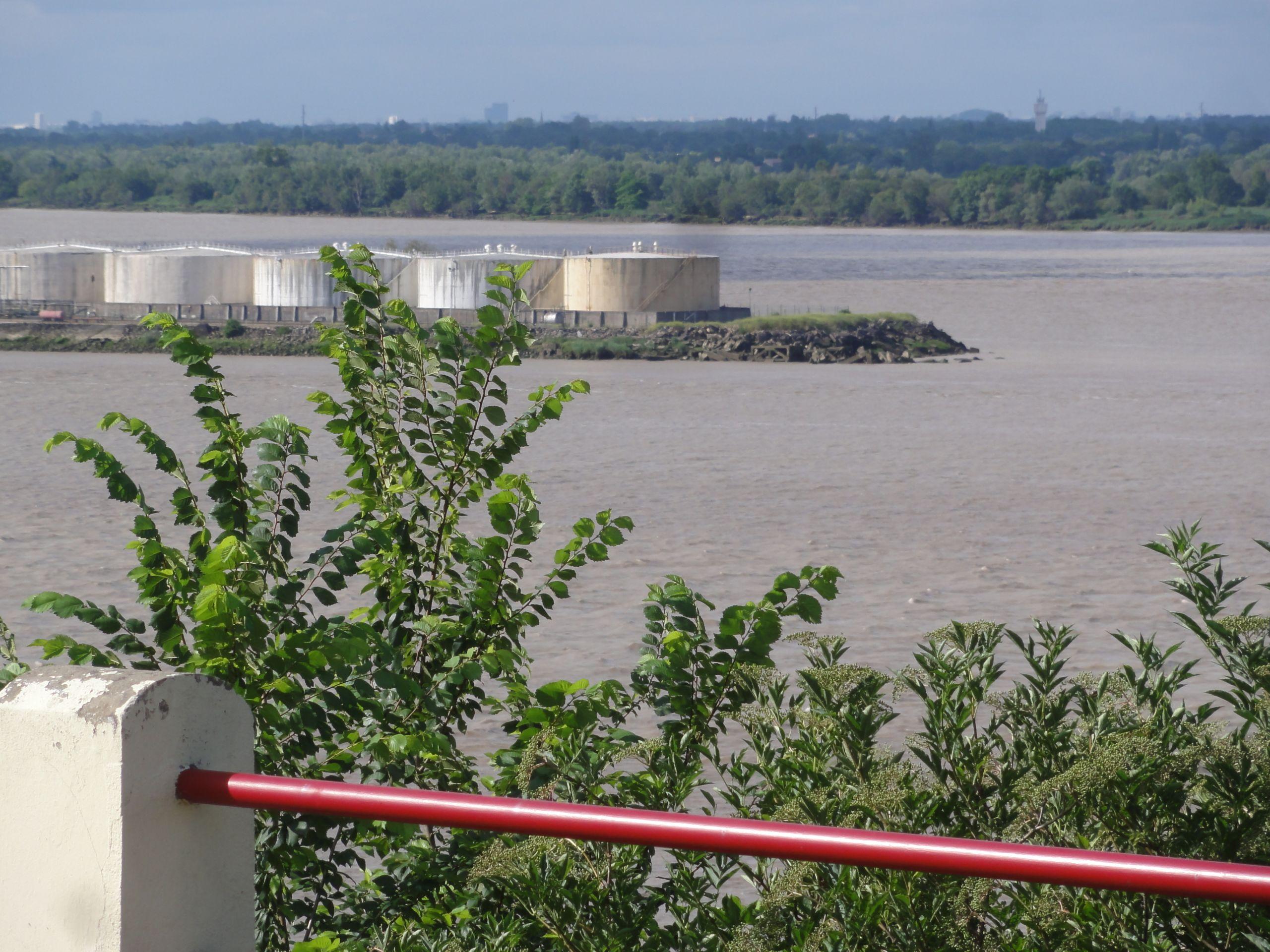 Bayon sur Gironde Gironde vue sur Bec d Ambès 02 JPG