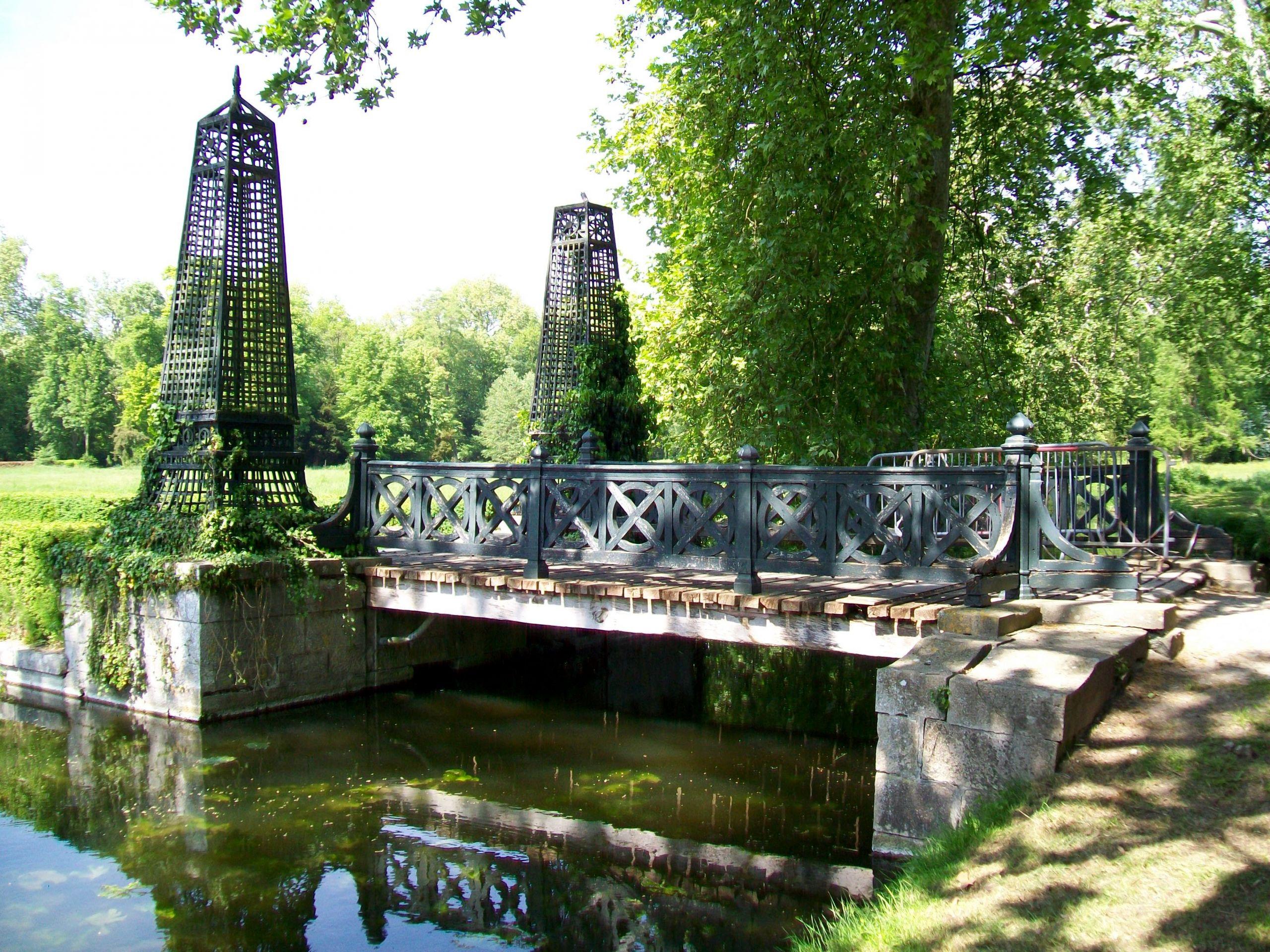 Château de Chantilly jardin anglais pont vers l île d Amour