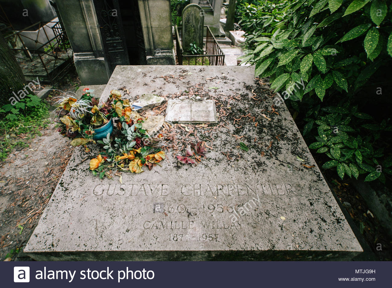 french posers grave gustave charpentier at pere lachaise cemetery paris france MTJG9H