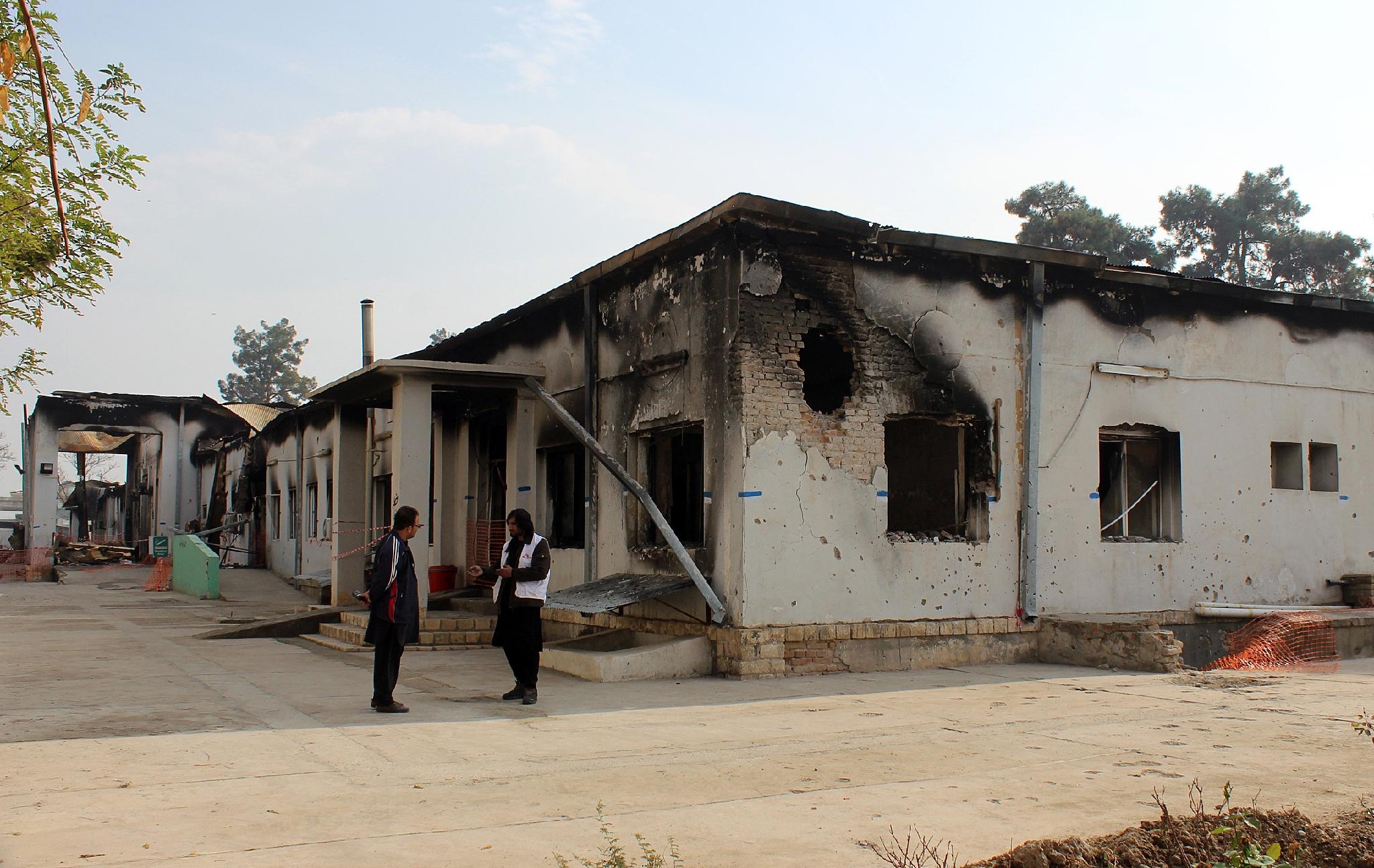 Des membres MSF devant leur hopital endommage ardement americain Kunduz 10 novembre 2015 0