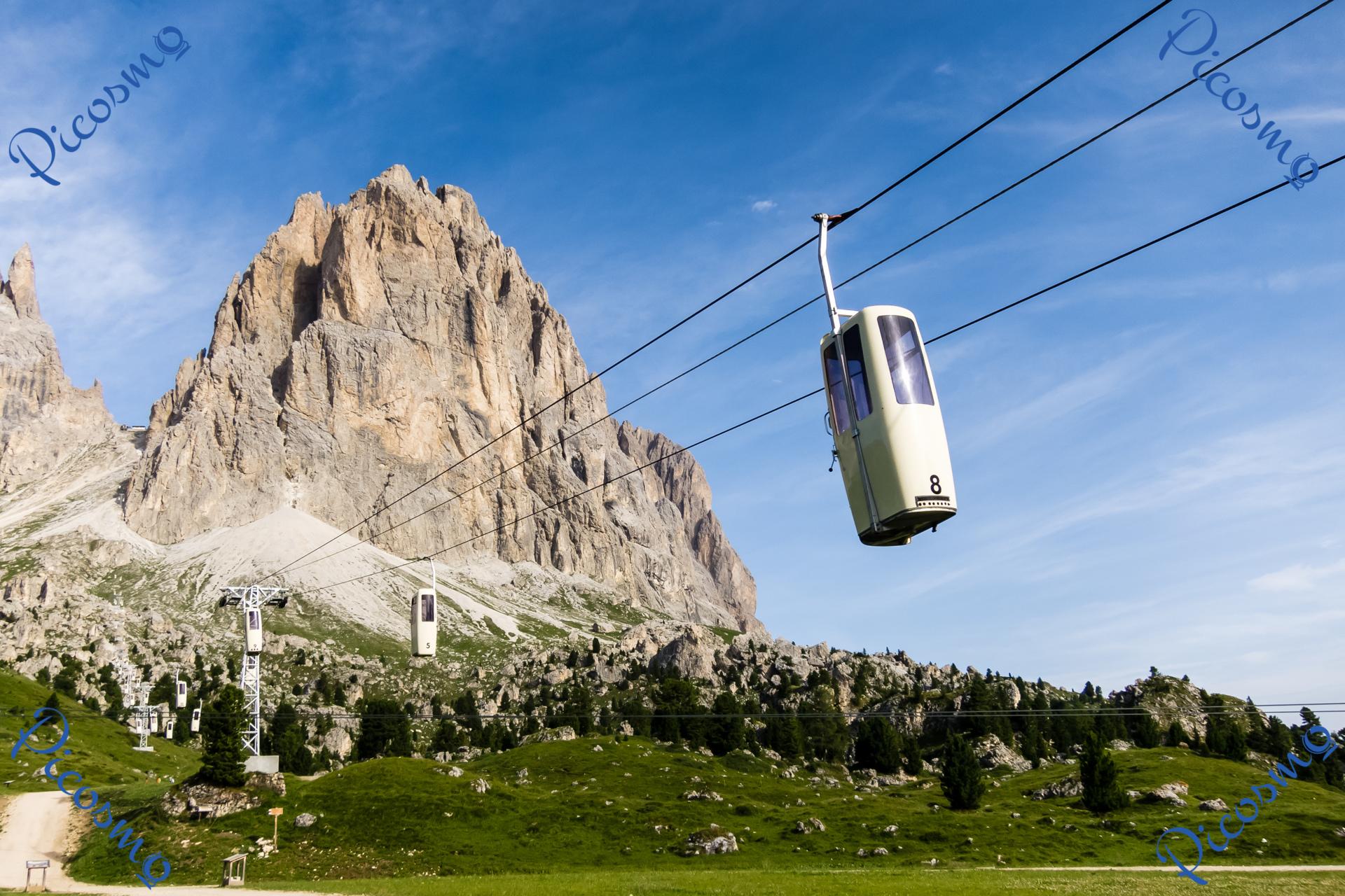 Massif Paysager Élégant La Télécabine Stationnaire Du Langkofel Dans Le Tyrol Du Sud
