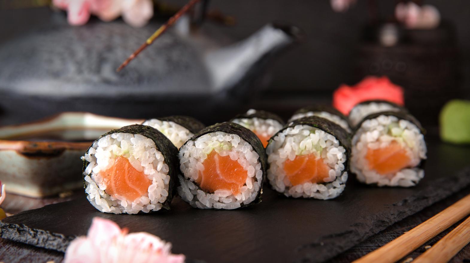 sushi maki rolls salmon