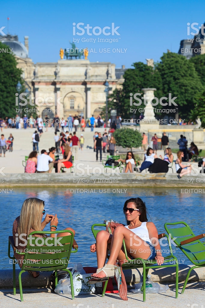 women relaxing at jardin des tuileries gm