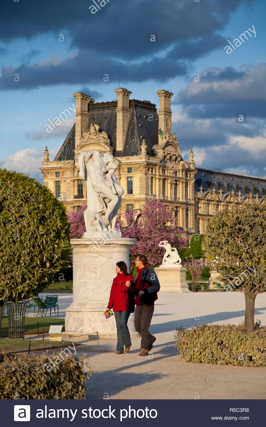 jardin du tuileries and musee du louvre paris france R5C3R8