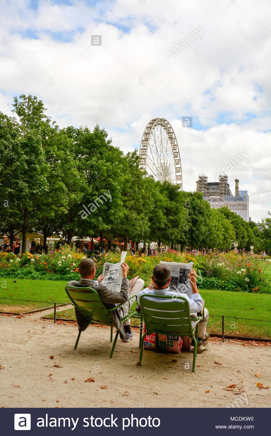 un couple lisant le journal a l tuellieries jardins du louvre a paris mcdkw0