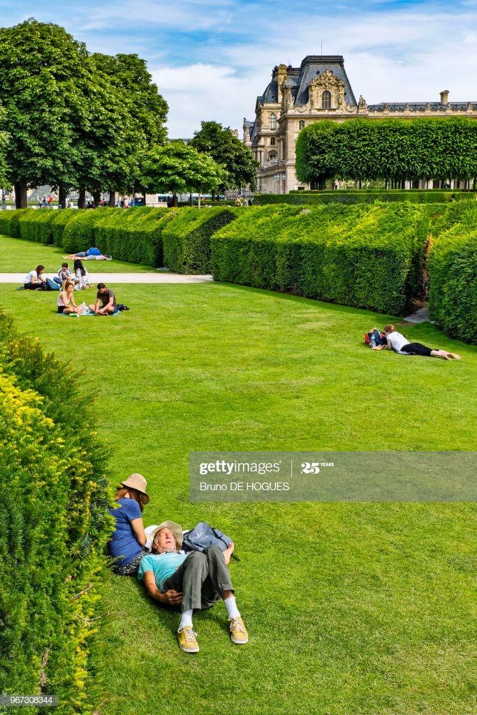 Jardin Du Louvre Unique Des Gens Allongés Dans Les Jardins Du Carrousel Du Louvre