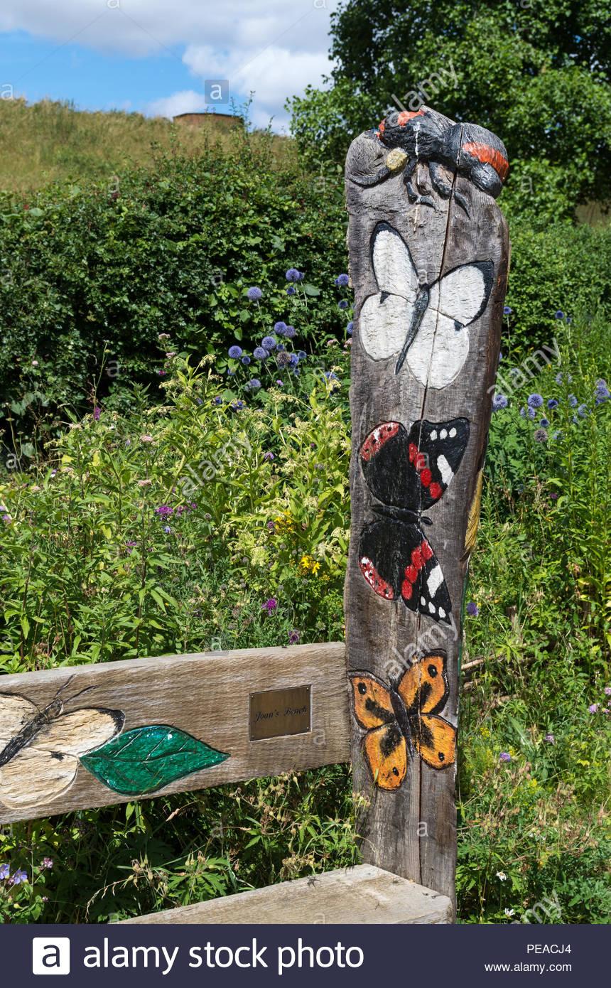 panneau en bois peint avec des repliques des papillons le jardin des papillons sywell northamptonshire country park royaume uni peacj4
